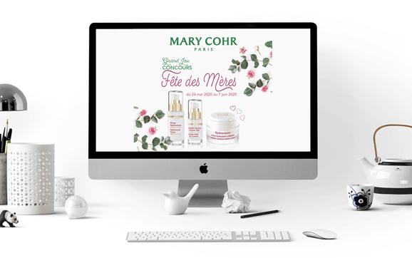 Visuel jeu de Mary Cohr dans un ordi, sur un bureau aménagé